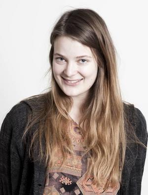 Designern Lina Westin från Gävle ska göra en ny folkdräkt.