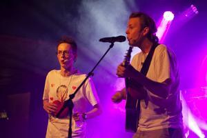 Gamla Häggvikarna på scen med låten Vart jag än går, ursprungligen skriven av bandet Stiftelsen.