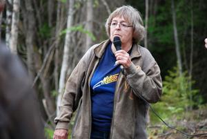 Docent Karin Eriksson berättade om lokal geologi under exkursionen. Hon har även en fotoutställning i Naturrum Siljansnäs som handlar om Eyjafjallajökulls utbrott som Karin kunde fotografera från det flygplan hon färdades i.