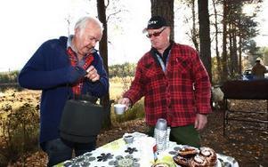 Anders Höök från Grangärde fiske bjuder Harald Åkerstein från Borlänge på en kopp kaffe. Foto: Bons Nisse Andersson
