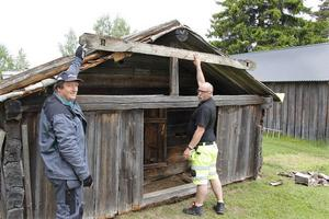 Det är många byggnader som ska renoveras på olika sätt på hembygdsgården i Ljusdal. Bland annat ska badstugebyggnaden från Kallmyr få nytt tak. Janne Nordlinder och Sten Eriksson får lära sig mycket om gammal byggnadsteknik,