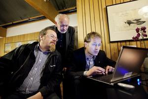 Mikael Engblom, Lennart Olsson och Magnus Svensson höll ständigt koll på när valsiffrorna började strömma in. Det som började i chock övergick i en stor besvikelse.