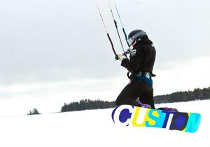 Vindarna var svaga under söndagen. Men det hindrade inte Pontus Eding från att göra ett litet hopp med sin kite.