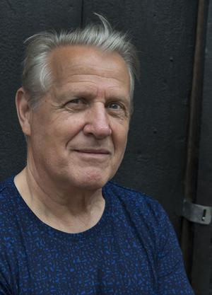 Åke Smedberg debuterade 1976 med en diktsamling. Sedan dess har det mest blivit prosa – och framför allt noveller. Nu är han aktuell med novellsamlingen