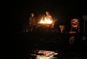 Varning för fara. En av 30 eldar som tändes runt sjön Unden i söndags kväll.