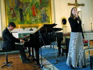 En jazzig musikstund i sommarkväll bjöd Martin Edin, piano, och Caroline Stegenius, sång, på i Forsa kyrka.