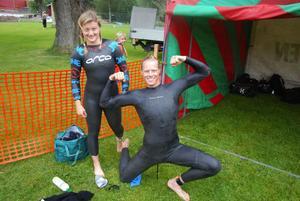 Rasmus Enlund och Emelie Gauffin från Västerås är i fin form och rasmus passar på att flexa musklerna.