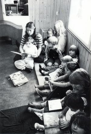 Barnen på Lilla Vallby förskola lyssnar koncentrerat på läraren Lotta Broman när hon läsar