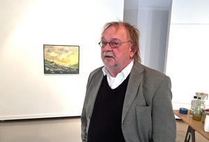 I 50 år har Johnny Molton varit verksam som konstnär. Han engagerar sig också i KRO för att försöka förbättra konstnärers villkor och hjälper nya konstnärer in i värvet.