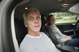 Johnny Jonasson, rutinerad trafiklärare som betonar riskmedvetande och säkerhetstänk. Irma Vestlund ska ut på lektion nummer sex.