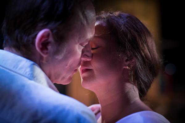 En häftig åtrå uppstår mellan Robert och Francesca. Foto: Håkan Larsson
