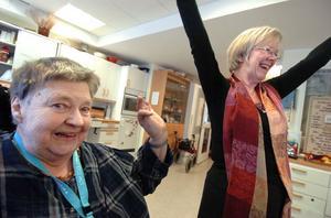 Wanja Lundby-Wedin tar i för full hals och sjunger tillsammans med Marianne Larsson och de andra pensionärerna.