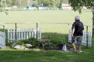 En minneslund för avlidna husdjur finns på gården, bland annat Pernillas älskade hund.