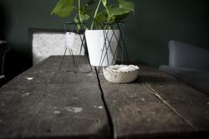 Lovisa är väldigt intresserad av inredning och har själv tillverkat flera möbler. På bilden syns ett soffbord som ursprungligen är ett gammalt stallgolv, stommen är ben från några gamla stolbänkar.
