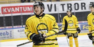 Hudson Michaelis trivdes i retrotröjan som ÖIK spelade i mot Boden förra säsongen. Han gjorde hattrick när ÖIK vann seriefinalen med 8–0.