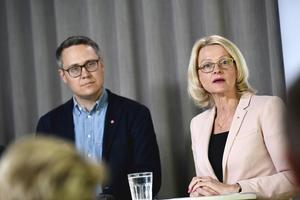 Socialdemokraternas toppkandidater Johan Danielsson och Helen Fritzon inför valet till Europaparlamentet. Foto: Pontus Lundahl / TT.