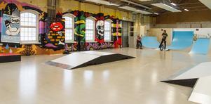 Graffiti-målningen som täcker en av väggarna är gjord av Västeråskonstnären Tony Lorenzi. Här har han lagt in olika symboler som har med skejtkulturen att göra och referenser till filmen Thrashin.