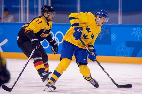 Tysklands Marcus Kink och Tre Kronors Pär Lindholm under gruppspelsmatchen som slutade med blågul 1–0-seger. Bild: Petter Arvidson/Bildbyrån.