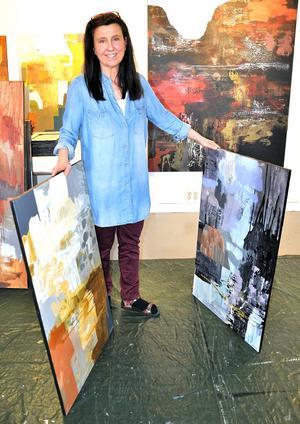 Åsa Peck trivs med att måla i det stora formatet. Foto: Kristina Maria Mezei