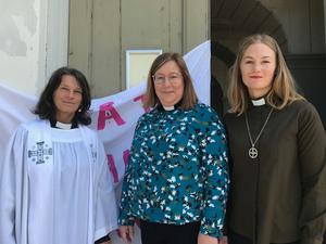 – Vi står på de svagas sida. Vi måste upprätta och försvara människovärdet när det kränks, anser prästerna i Östersund som engagerat sig i #femövertolv. Från Vänster: Prästen Helena Lugner, prästen Hanna Brande och diakonen Anna Gredander.