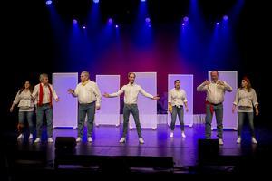 Mittrevyns ensemble bjöd på många skratt under premiären på teatern på nyårsafton.