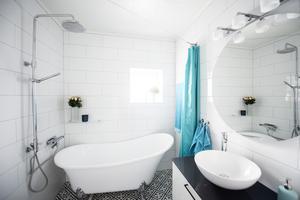 Maarjas badrum är stilrent med ett vackert golv.