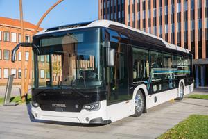 Den nya eldrivna stadsbussen visades upp utanför huvudkontoret.