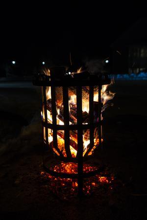 Eldkorgarna brann stämningsfullt i novembermörkret.