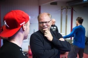 Norberg snackar med Sebastian Ohlsson under fysträningen.
