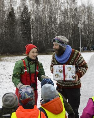 Isabelle Nilssons pigga tomtenisse hjälper Jonathan Petterssons Julius i tomtejakten.