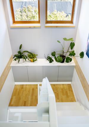 På avsatsen i trappen finns plats för smart förvaring.