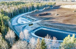 Det nya bränslelagret i Berglunda utanför Örebro. Längst ner de båda dammarna som nu tappats på vatten.