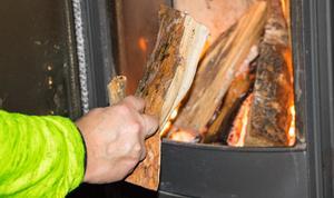 Första problemet var att få värme i huset - det grejade de snabbt med hjälp av husets två braskaminer samt vedspis.