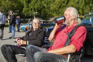 Mona Frank Josefsson och Kjell-Åke Frank som njuter av både termos och åkdon.