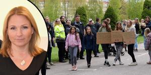 Monica Lundin (L) möttes av bybornas protester inför beslutet om Idkerbergets skolas framtid.