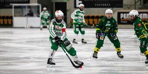 Lagkapten och fixstjärnan Malin Persson utmanar Skutskärs försvaret i seriematch tidigare under säsongen.