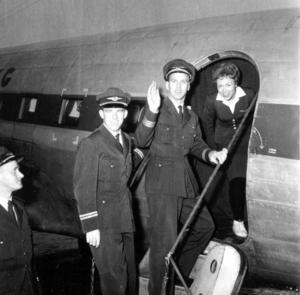 Sista avgången från Olofsfors 1961. Besättningen vinkar farväl till Olofsfors