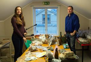 Arkeologiska fynd. Pernilla Hembjer och Ola George på Länsmuseet Västernorrland visar upp delar av de utgrävda föremålen från 1600- och 1700-talet.