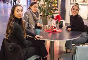 Det blir en hel del kaffe för Ellen, Niquita och Anna-Jackelin i teatergruppen DHMJ om dagarna.