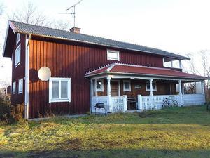 Proosgården i Hagens by, Häradsbygden. Vacker kringbyggd dalagård som varit i samma släkts ägo i generationer. Foto: Valins Fastighetsbyrå.