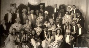 Maskerad hos löjtnant och fru Vidar Egnell på Oskarsparken 7. Stående längst bak från vänster: Vidar Egnell, Tornberg, Hedenstierna, Knutson-Hall, Coyet, fru Hedvig af Sillén, Konrad Uggla. Andra raden från vänster: Adolf Tham, Hällberger, Zethelius, Carl Uggla, fru Sigrid Uggla, fru Ebba Tham, Leijon marck, överstinnan Sjögreen, fru Egnell, överste Sjögreen, fru Hall, Malmros. Tredje raden från vänster: Kammarherre Montgomery, fru Zethelius, fru Tornberg, fru Coyet, fru Elsa Tamm, fru Gull af Sillén, Carl von Essen, fru Ebba Uggla, af Sillén, G. af Sillén. Främre raden sittande från vänster: fru Rosén fru Hällberger, fru Leijonmarck, Mattson, fru Fries, fru Mattson, Josias Montgomery. Fotograf: Eric Sjöqvist. Bildkälla: Örebro stadsarkiv