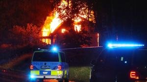 JUST NU: Sju personer skadade efter våldsam villabrand – polisen har spärrat av