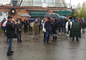 Trots regn samlades många runt Ulf Jansson när han beskrev verksamheter längs Ordensgatan med Jonssons Livs, Thalins och Molins.