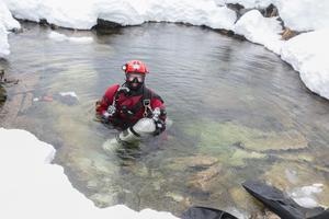 Ane Mengshoel hade låtit tuberna med komprimerad luft ligga kvar i vattnet sedan dagen före, för att slippa släpa på dem.