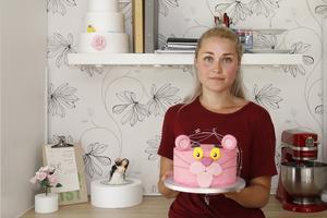 Johanna Källgren med en Rosa Panterntårta med smak av jordgubb och mjölkchoklad.