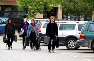 Bandet Mindattsskri på väg in till Centraltorget i Ånge.