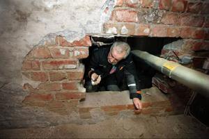 Fastighetsskötaren Gunnar Svensson hittar i de flesta skrymslen, som här  i källarutrymmet  under entrétrappen, där en skomakare hade sin verkstad en gång i tiden.