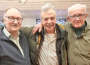 Sven Adolfsson och Olle Edlund flankerar kommunfullmäktiges ordförande i Krokom, Gunnar Hellström. Foto Göte Hällestrand