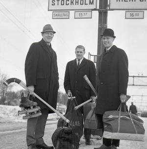 Året är 1967. Kurt Sedvall till vänster, tillsammans med lillebror Dallas Sedvall och backklippan Jan-Erik Flink på Söderhamns station i väntan på tåget för att ansluta till en landslagssamling.