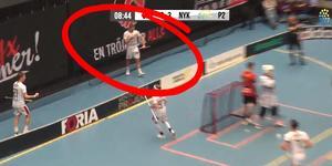 Valdemar Ahlroth kysser klubbmärket efter ett av hans två mål.